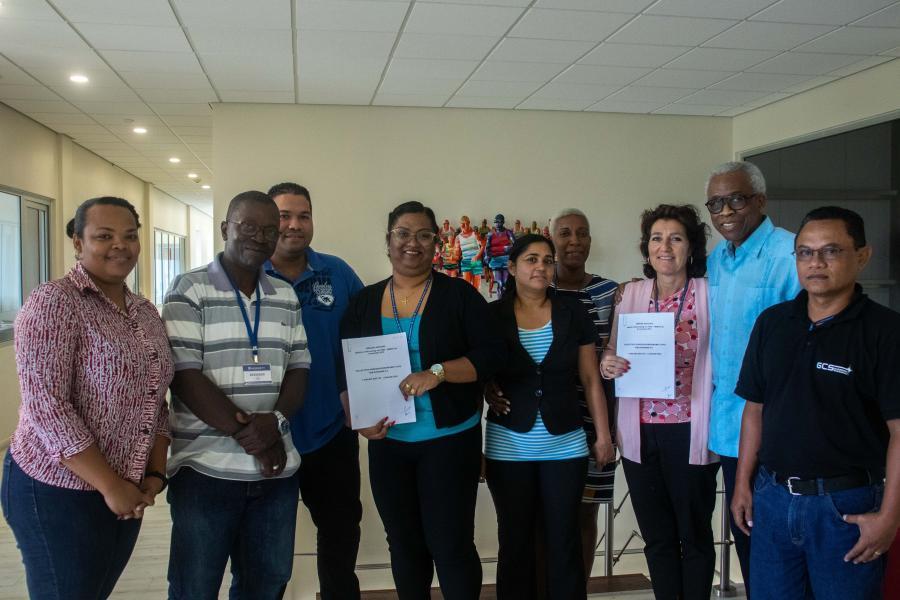 Directie HEM Suriname en nieuwe vakbond HEMCO tekenen cao